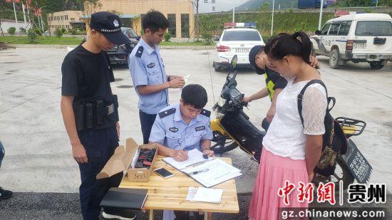 民警正在�槟ν熊�、��榆�安�b防�I芯片。