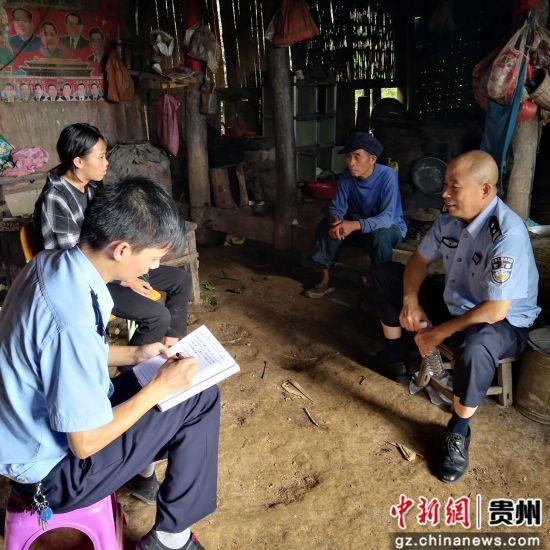 民警走�L群�王��林。