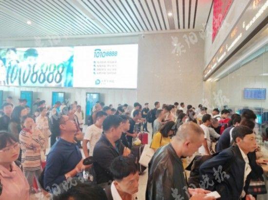 旅客在贵阳北站排队购票