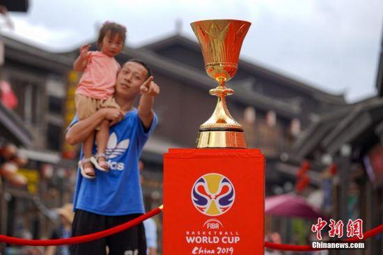 国际篮联篮球世界杯冠军奖杯吸引民众。中新社记者 贺俊怡 摄