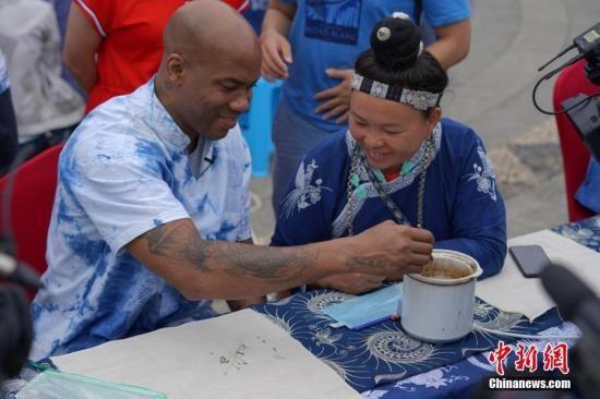 马布里在贵州丹寨体验非遗苗族蜡染工艺。中新社记者 贺俊怡 摄