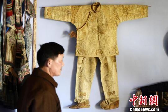 图为邰秀通在黑龙江乌苏里江地区收集的赫哲族鱼皮衣。罗禹摄