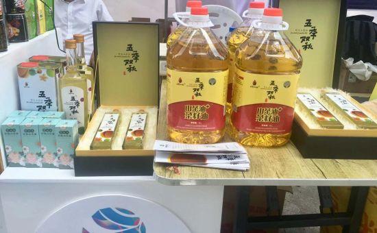 """图为""""五季双秋""""山茶油产品。何珊摄"""