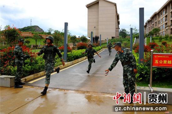 五公里武装越野 梁海峰 摄