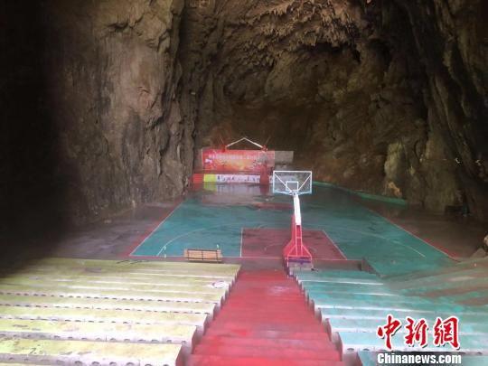 位于贵州纳雍的溶洞篮球场 杨茜 摄