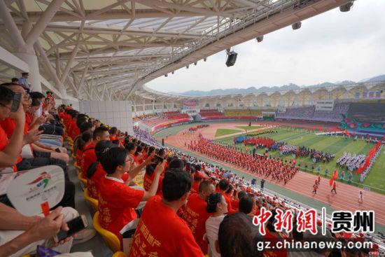 图为惠水县代表团方队入场 贺俊怡 摄