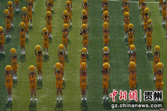 图为黔南州第六届运动会开幕式文体展演 贺俊怡 摄