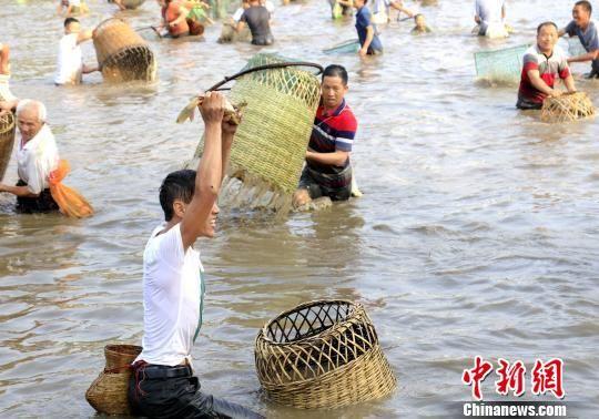 捉到大鱼的民众兴奋不已。奉力 摄