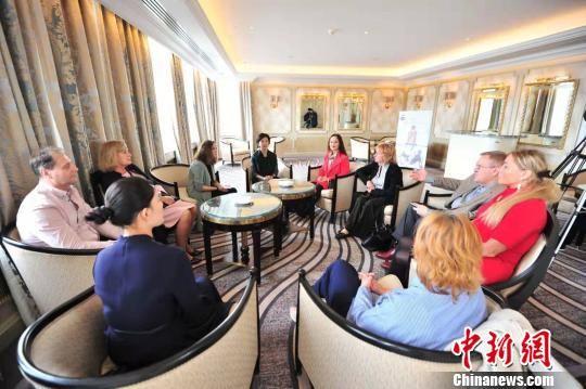 图为遵义市委常委、宣传部部长、统战部部长郑欣接受当地媒体的联合采访。 李克 摄