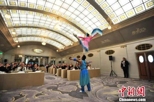 图为推介会上具有遵义市地方特色的文化演出――肩上芭蕾表演。 李克 摄