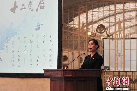 图为绥阳县委常委、宣传部部长李梅作主题推介。 李克 摄