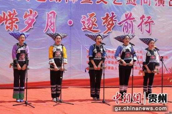图为布依族大学生在贵州望谟麻山镇表演布依语说唱《移民搬迁政策好》,宣传党的政策