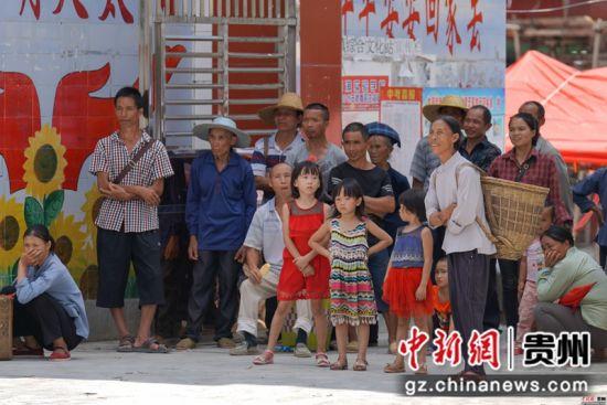 图为望谟县麻山镇民众观看文艺表演