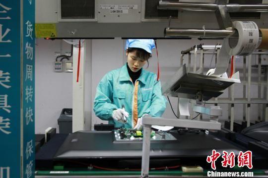图为贵州省产业项目工人流水线工作。资料图 宁南 摄