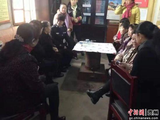 李燕琼和居民在老警务室开展警民恳谈活动