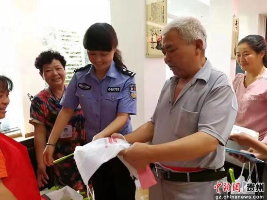 李燕琼向老人宣传消防知识