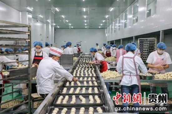 """9月5日,工作人员正在手工赶制月饼。中秋佳节来临之际,贵州省贵阳市观山湖区一家月饼生产企业正在加紧赶制月饼,以供应市场所需。该企业生产的月饼是纯手工制作,因口感好而销售火爆,被当地民众称为""""网红月饼""""。"""