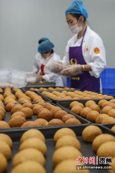 """9月5日,工作人员正在将月饼装盒。中秋佳节来临之际,贵州省贵阳市观山湖区一家月饼生产企业正在加紧赶制月饼,以供应市场所需。该企业生产的月饼是纯手工制作,因口感好而销售火爆,107期平特一肖是什么被当地民众称为""""网红月饼""""。"""