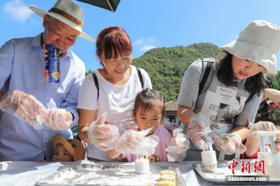 """9月13日,市民体验月饼制作。当日,贵州贵阳孔学堂举办""""月映万家・中秋游园""""中秋节传统文化活动,吸引众多市民参与,感受中秋文化"""