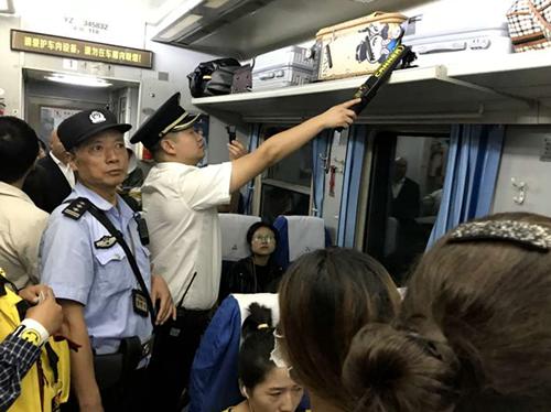 中秋节当日,张桂明在列车开展安检查危