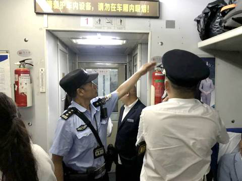 张桂明在车厢开展消防检查