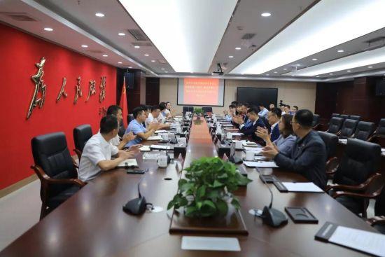贵州双龙航空港经济区党工委委员、管委会副主任李伟 ,绿地集团西南区域管理总部总经理孙志文出席签约仪式。