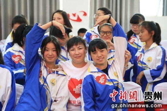 邮储银行邮爱公益志愿者走进威宁县第四中学。