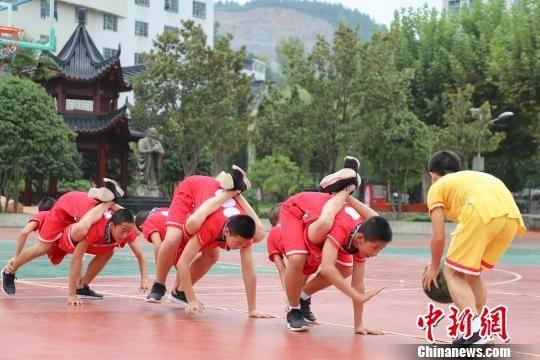 9月20日,务川城关中学民族体育传承班学生在进行跟随训练。 瞿宏伦 摄