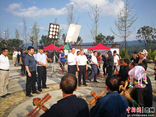 李遂芳、李淞探班万峰湖治理电影《山含情 水含笑》拍摄现场