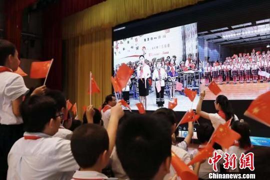 粤黔两地小朋友网络连线合唱《我和我的祖国》。 刘伟 摄