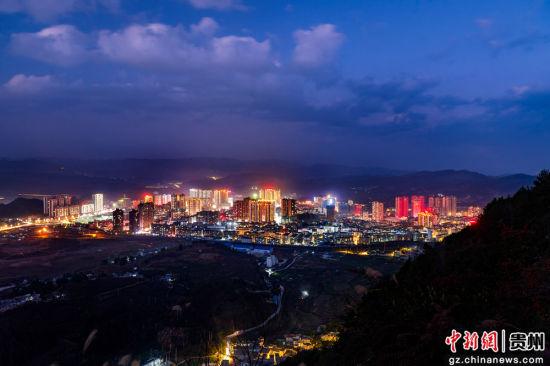 2018年拍摄的龙里县城全景 。潘希来 摄