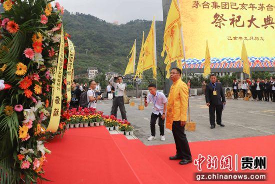 李保芳代表茅台集团向周恩来总理塑像敬献花篮