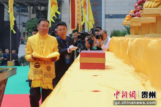 主祭人李保芳向历代祖师宗师献帛、献爵、上香。
