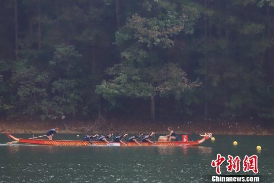 2019年世界名校龙舟大赛在贵州绥阳开赛。 瞿宏伦 摄