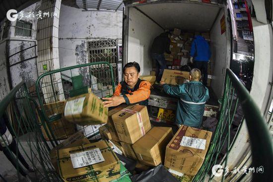 中国邮政速递物流贵阳市瑞北揽投部快递员正在工作 本网记者 杨昌鼎摄