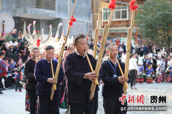 图为开觉村苗族同胞在进行吹芦笙表演。 余俊龙 摄