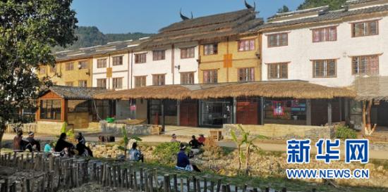 贵州省荔波县瑶山瑶族乡拉片中心村移民搬迁安置点的舞蹈队正在进行表演。新华社记者 罗羽 摄