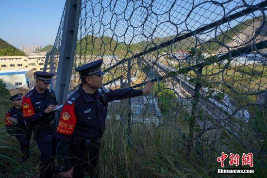 贵州凯里南车站派出所民警对沪昆高铁沿线防抛网和护网进行检查。