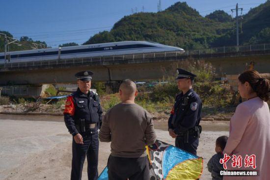 贵州凯里南车站派出所民警对沪昆高铁沿线民众进行铁路安全知识宣传。