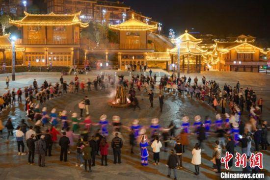 图为搬迁民众在广场上载歌载舞。 刘鹏 摄