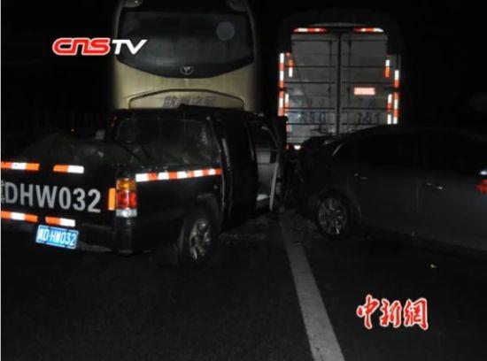 沪昆高速贵州段40车连环追尾致2死18伤