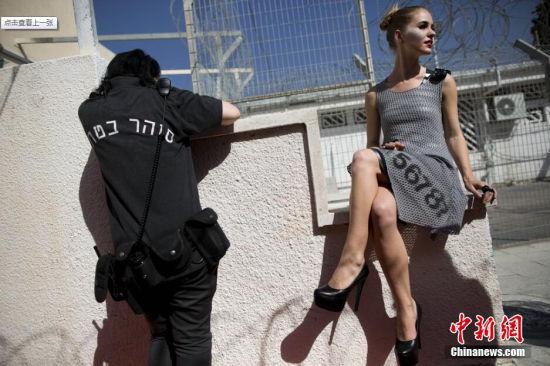 本地韶光2014年10月27日以色列拉姆勒以色列唯一的女子监狱nevetirza监狱举行首届古装展模特身着由在逃人员制造的衣服筹办走上t台.
